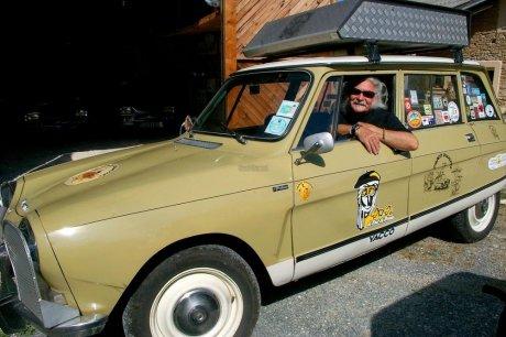 Jacques-Victor Mornai au volant de son Ami 8 « Phacodundee », relate ses aventures improvisées en Australie.